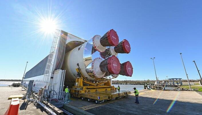 Første stadiet til NASAs trøblete SLS-rakett, som kanskje skal ta folk tilbake til månen i 2024.