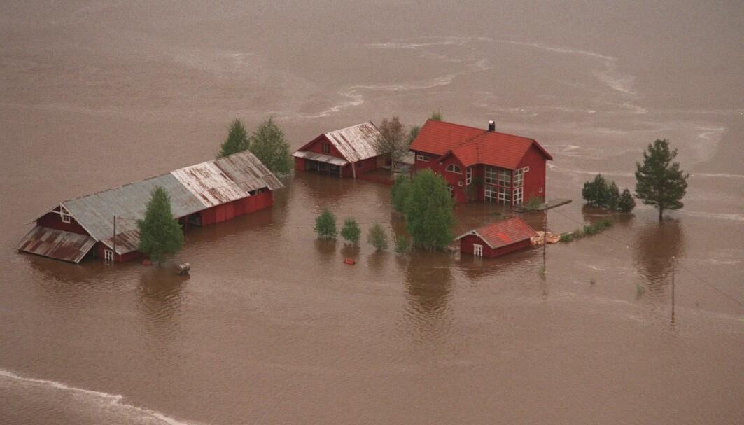 Bildet viser en rammet gård i Heradsbygd, sør for Elverum, under den katastrofale flommen i 1995. Flommen i Glomma i 1995 er den nest største noen gang.