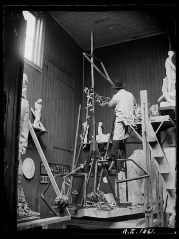 20.april 1903: Vigeland binder trekors til den endelige statuens jernskjelett. På dette skal han feste leire. (Foto: Inga Syvertsen/ Vigelandsmuseet)