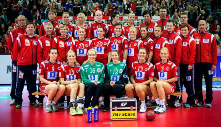 Det norske kvinnelandslaget i håndball er verdens mestvinnende. Her er landslaget og støtteapparat anno 2012. (Foto: Tove Lise Mossestad)