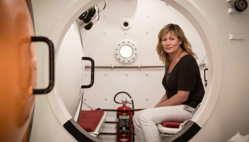 Ingrid Eftedal, for anledningen plassert i et trykkammer, forsker nå på konsekvensene av metningsdykking. Erlend Lånke Solbu/NRK.no