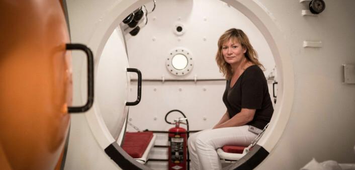 Ingrid Eftedal, for anledningen plassert i et trykkammer, forsker nå på konsekvensene av metningsdykking. (Foto: Erlend Lånke Solbu/NRK.no)