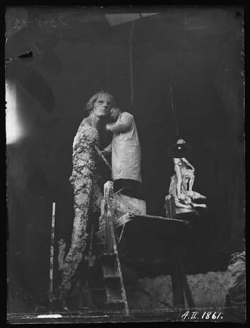 23.april 1903: Bare tre dager etter har statuen begynt å ta form. (Foto: Inga Syvertsen/ Vigelandsmuseet)