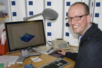 Professor Fred Espen Benth viser fram en av sine Monte Carlo-simuleringer fra EMMOS-prosjektet, som legger grunnlag for å beregne strømprisen framover. (Foto: Norunn K. Torheim)