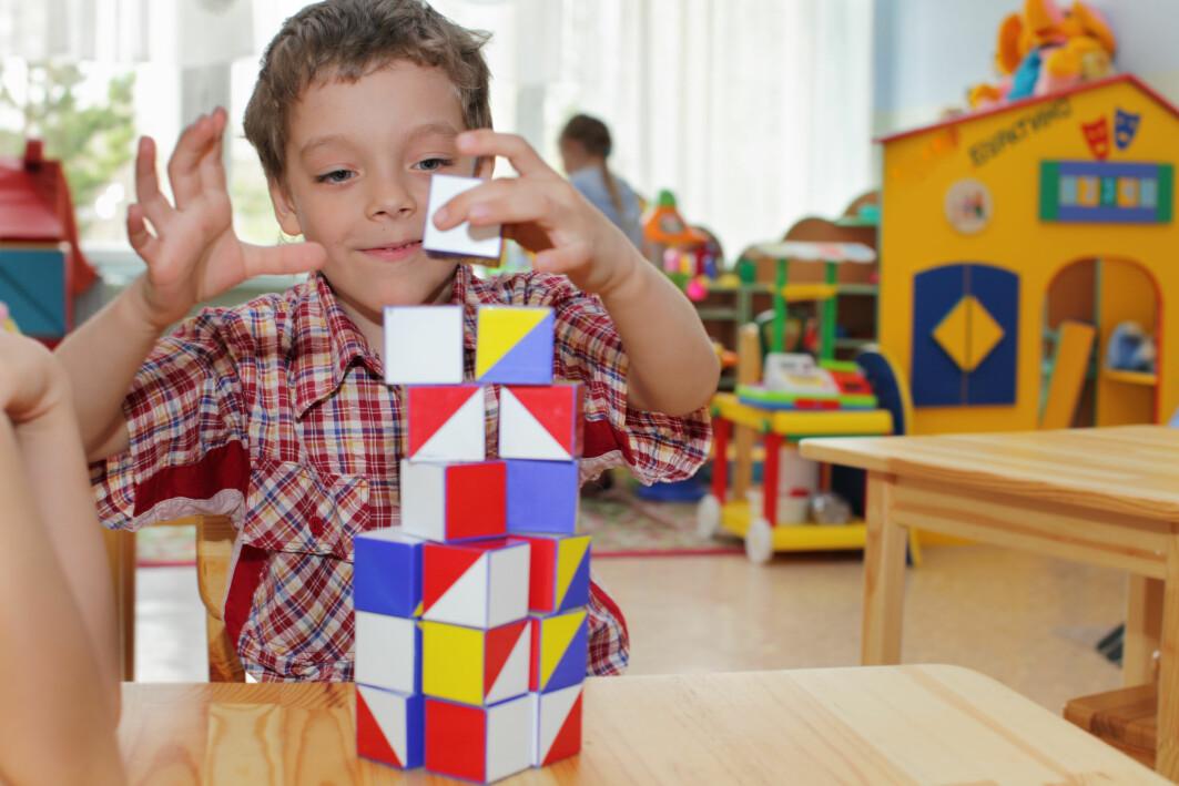 Både barnehagen og skolen bør legge til rette for å styrke barnas selvregulering gjennom leker og aktiviteter, og ved å skape gode relasjoner og strukturer i læringsmiljøet.