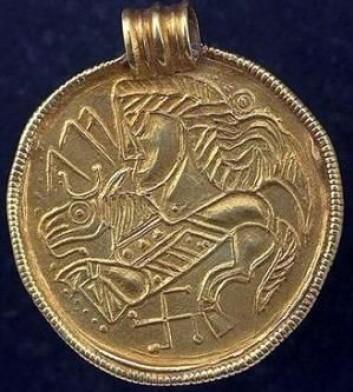 Noen forskere mener at Odin kan gjenkjennes på brakteater fra før vikingtiden. Brakteater er tynne gullplater som skulle bæres om halsen. (Foto: Sigune)