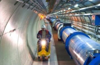 """""""Partiklene i LHC skal akselereres i denne tunnellen, som er hele 27 kilometer lang. Langs sirkelen ligger fire store detektorer som skal registrere partikkelkollisjonene."""""""