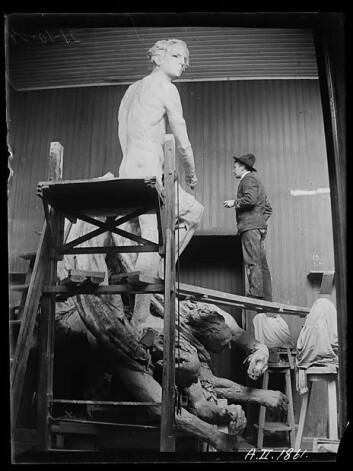 21.oktober 1904: Gustav Vigeland på stillaset. (Foto: Inga Syvertsen/ Vigelandsmuseet)
