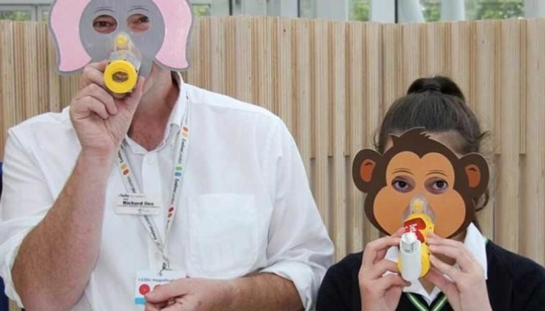 Skoleelevene lagde en pakke med barnevennlig utstyr som kan brukes i astmabehandling. Kanskje disse maskene gjør det litt hyggeligere for småbarn å ta pustemedisin med inhalator?