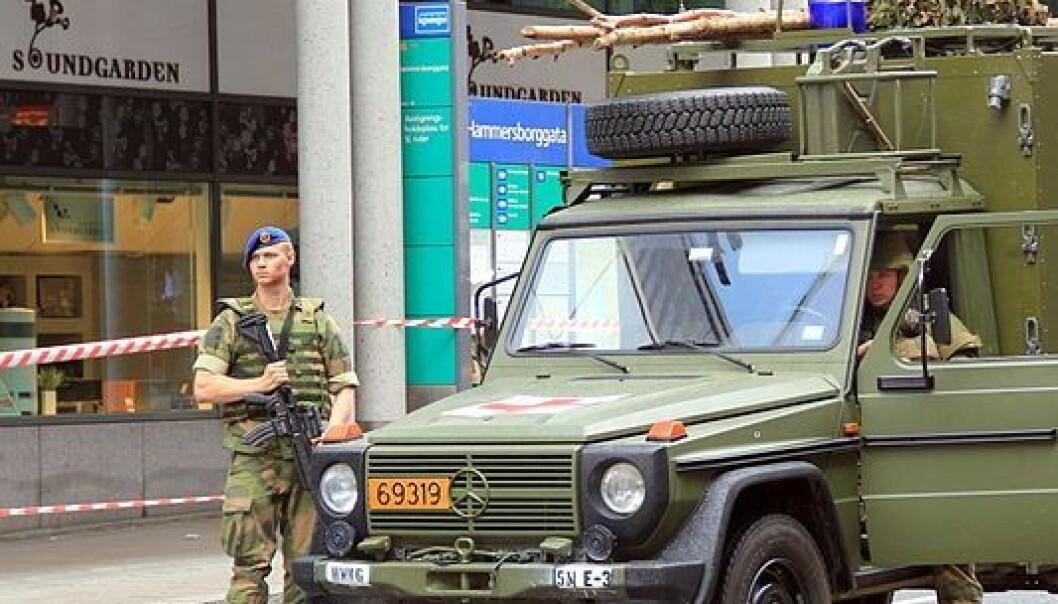 Kanskje blir dette et vanligere syn i gatene i framtida. Bildet viser militært nærvær i Hammersborggata i Oslo dagen etter terrorangrepet i fjor. Chell Hill/ Wikimedia Commons