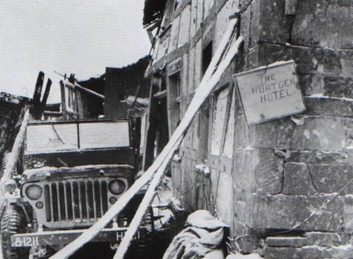 Illutstrasjonsbilde fra slaget ved Hürtgenskogen. Amerikanske soldater hadde hengt opp skiltet med Hurtgen-hotell