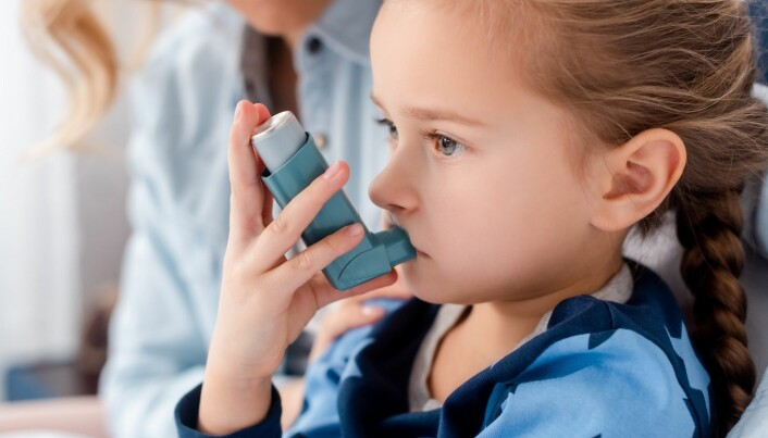 Jente med astmamedisin.