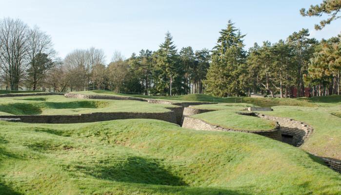 Sporene etter skyttergraver og bombing fra første verdenskrig er fortsatt svært synlige i Vimi i Franrike.
