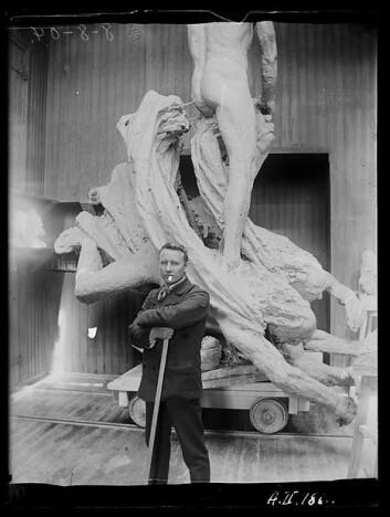 3.mars 1905: Vigeland står foran monumentet som er ferdig modellert. (Foto: Inga Syvertsen/ Vigelandsmuseet)