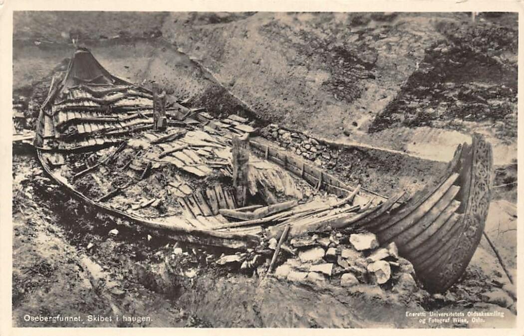 Osebergskipet slik det ble funnet i 1904.