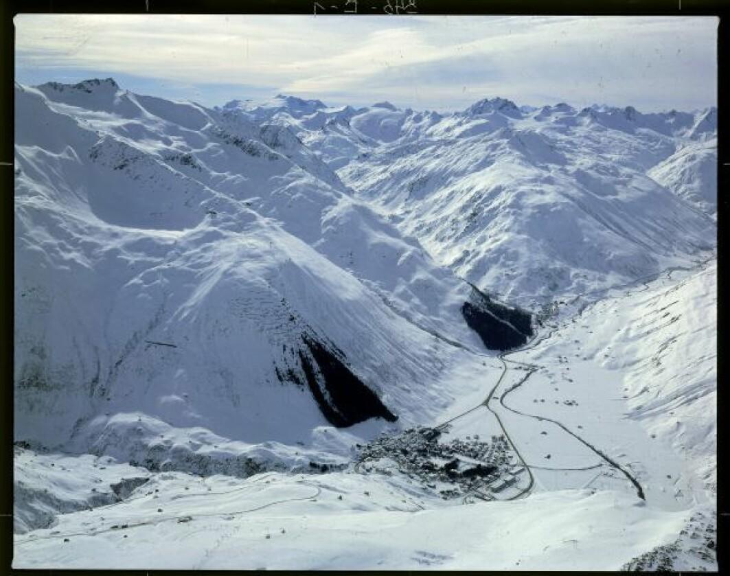 Skogen i fjellsiden over Andermatt er kultivert for å beskytte landsbyen mot ras.