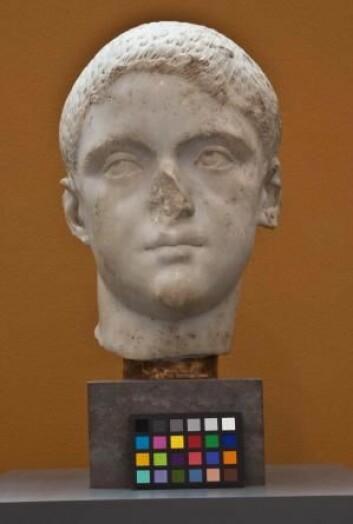 «Portrett av en ung romer» mangler ikke bare nesen, men også fargene. På Glyptoteket vil man gjenskape en kopi av skulpturen, og gi den fargene tilbake. (Foto: Ny Carlsberg Glyptotek)
