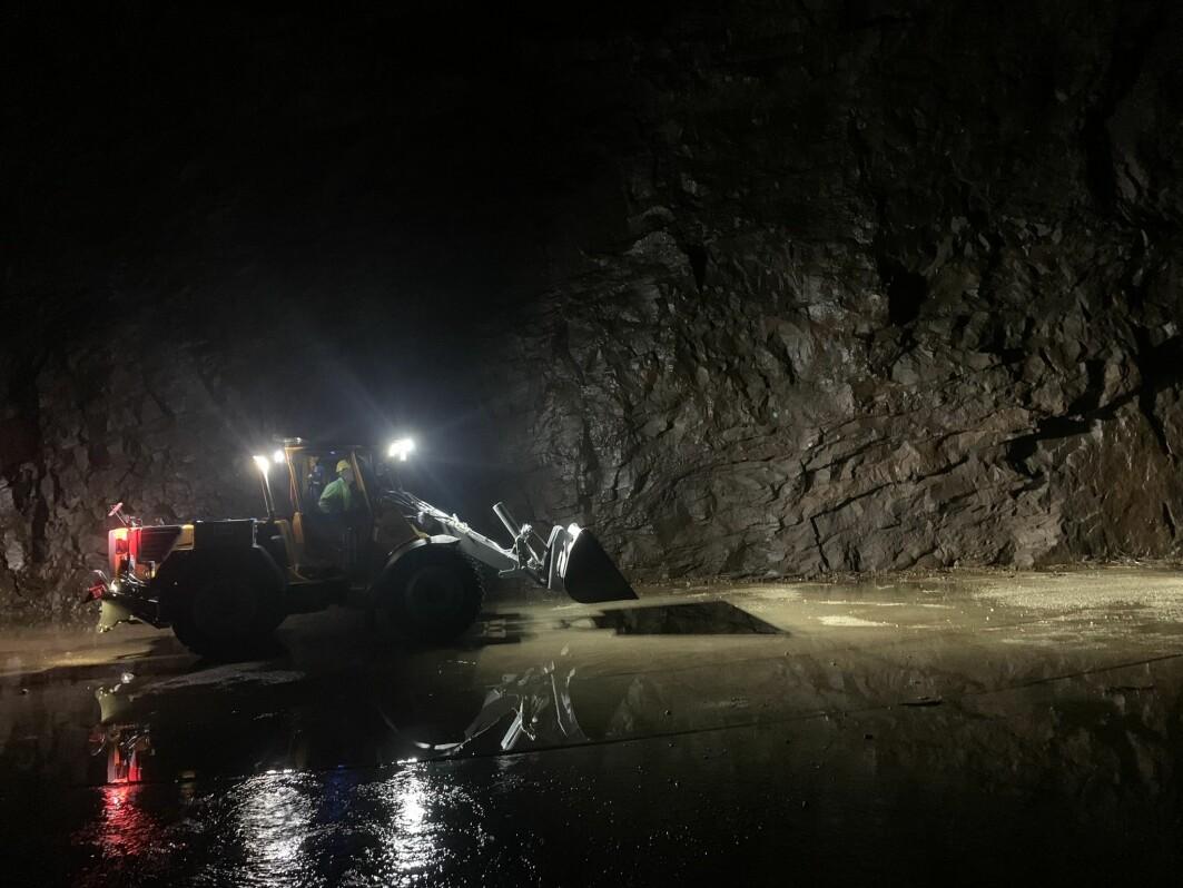 Dimensjonene er store i tunnelsystemene ved Tonstad kraftverk, som er Norges største. Det avsettes så mye sand og grus at gravemaskiner og lastbærere må til for å få fjernet sedimentene.