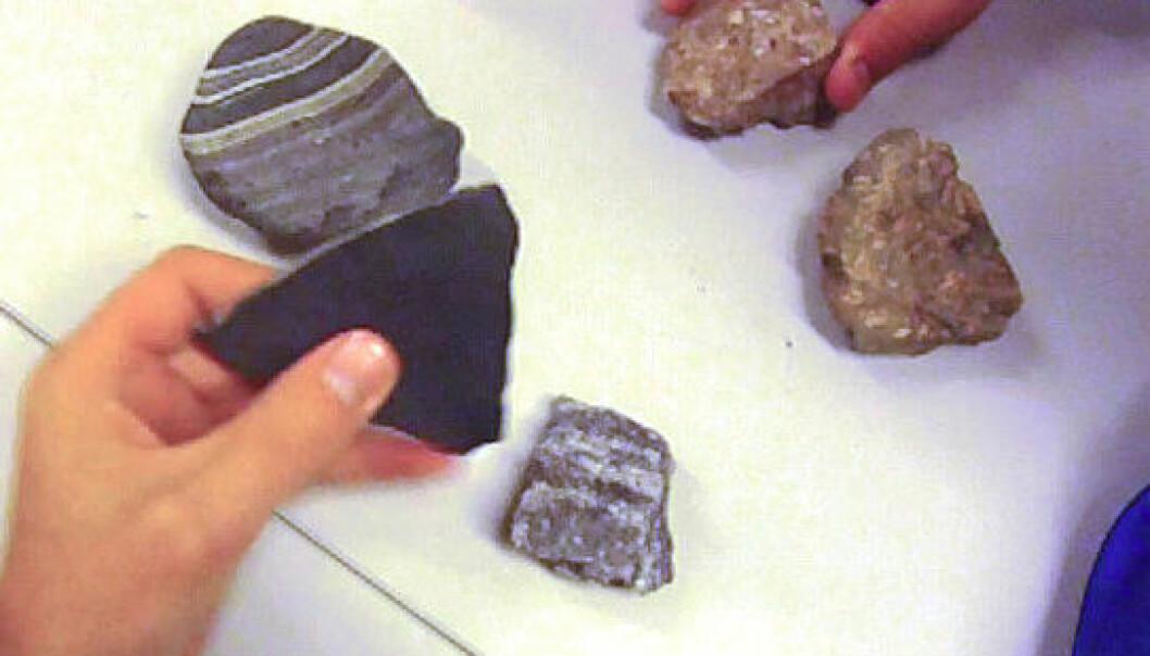 Elever jobber med å klassifisere ulike steiner. Kari Beate Remmen