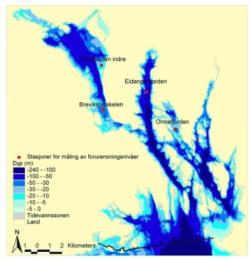 Dybdefordeling i Grenlandsfjordene. Jo mørkere blått, jo dypere vann. Stasjoner for målinger av dioksin- og furan-nivåer er vist som røde punkter. Svart linje viser sørlig grense for området med kostholdsråd gitt av Mattilsynet.
