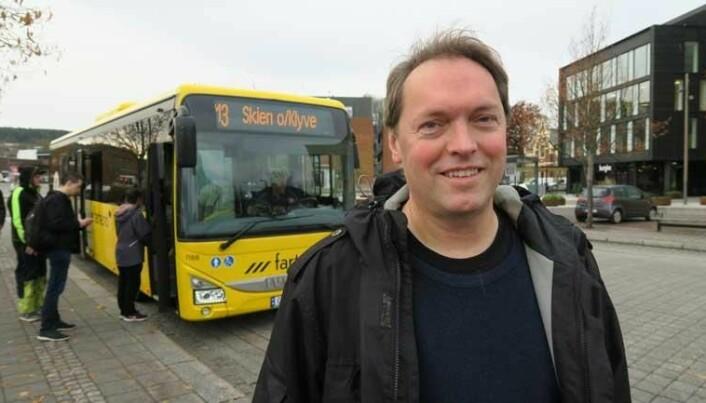 – Folk som bor i tettbygde strøk i Norge, kan i stor grad reise kollektivt og derved kutte mye ned på bilbruken. Selv tar professor Lars-Andre Tokheim nå bussen til jobb for å redusere bilbruken.