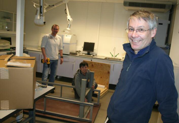 Barents BioCentre Lab i Tromsø kan brukes av gründere med gode biotek-ideer men uten egen biolab. Forskningssjef Erling Sandsdalen ved Norut (foran) kan snart ønske velkommen mens Norut-forskerne Terje Vasskog (t.v.) og Myagmarsuren Sengee (midten) skrur sammen benker og bord. (Foto: Asle Rønning)
