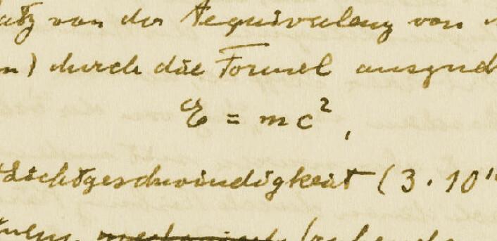 """Fra Einstein Archives Online: Håndskrevet manus på tysk av artikkel som ble publisert på engelsk med tittelen """"E=mc2: The Most Urgent Problem of Our Time"""" i Science Illustrated, 1946. Denne populærvitenskapelige artikkelen tok til orde for kjernefysisk avvæpning. (Foto: Einstein Archives Online)"""