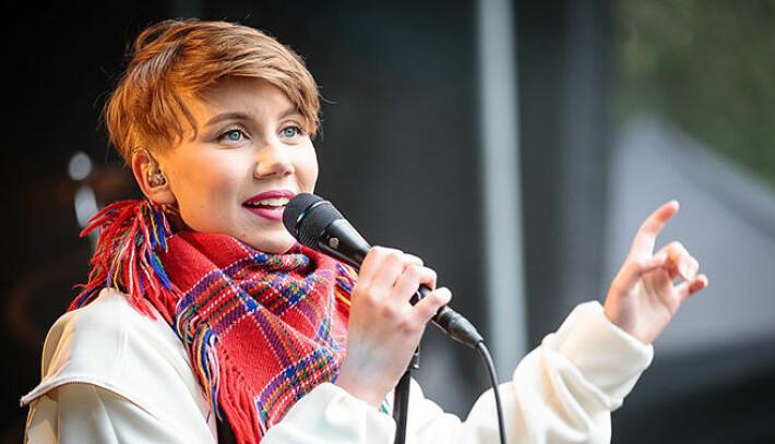 Ella Marie Hætta Isaksen, kjent fra bandet ISÁK og som vinner av Stjernekamp i 2018, bruker musikken for å løfte frem det samiske folket.