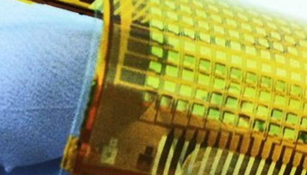 Forskere har lyktes i å lage elektronisk hud som lyser ved berøring. Det gir håp til personer med proteser. Ali Javey, Chuan Wang
