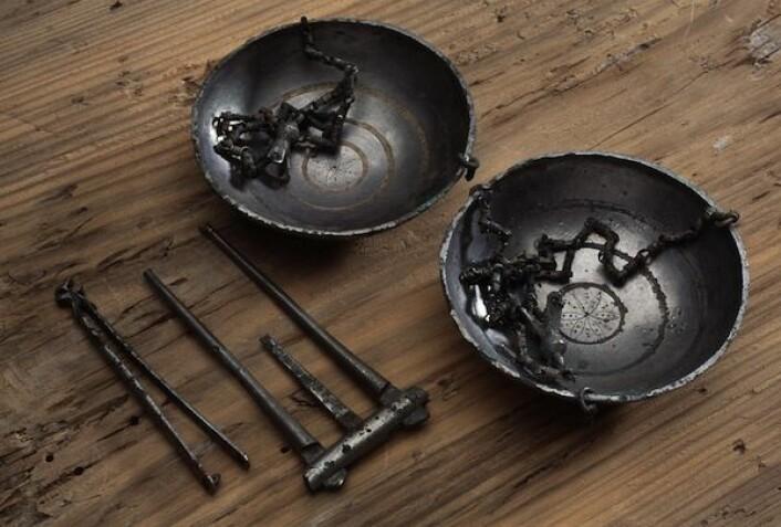 Denne skålvekta og noen sølvknapper ble funnet i en båtgrav på Steinkjer. Dette er de mest overbevisende funnene om et mystisk handelssted fra vikingtiden. Stedet er navngitt i gamle sagaer, men har aldri før blitt funnet. (Foto: Per Fredriksen)
