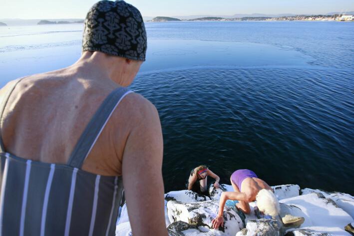 Tre damer på rundt 70 år kunne for noen år siden rapportere at de badet fast to ganger ukentlig i Oslofjorden, hele vinteren gjennom.