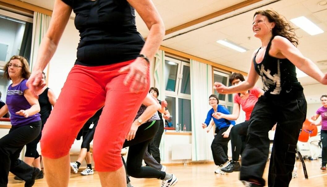 Hver mandag er det Zumba-trening i gymsalen i Breivika ved UNN Tromsø. Og det spares ikke på innsatsen! Til høyre instruktør Emelie Canderyd. Jan Fredrik Frantzen, UNN