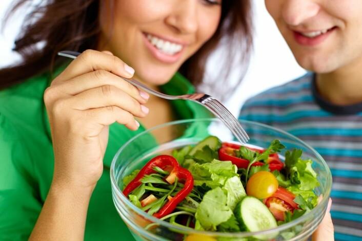Kostfibre, som man særlig finner i grønnsaker, får tarm og hjerne til å jobbe sammen om å senke sult og blodsukker, viser ny forskning. (Foto: Colourbox)