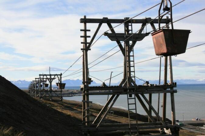Taubanebukker i Longyearbyen. Vognene, kalt kibber, fraktet kull fra gruva og ut til kaia.