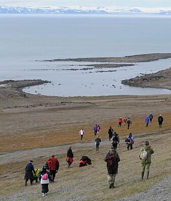 Båtturister utforsker området rundt Kapp Leestasjonen på Edgeøya.