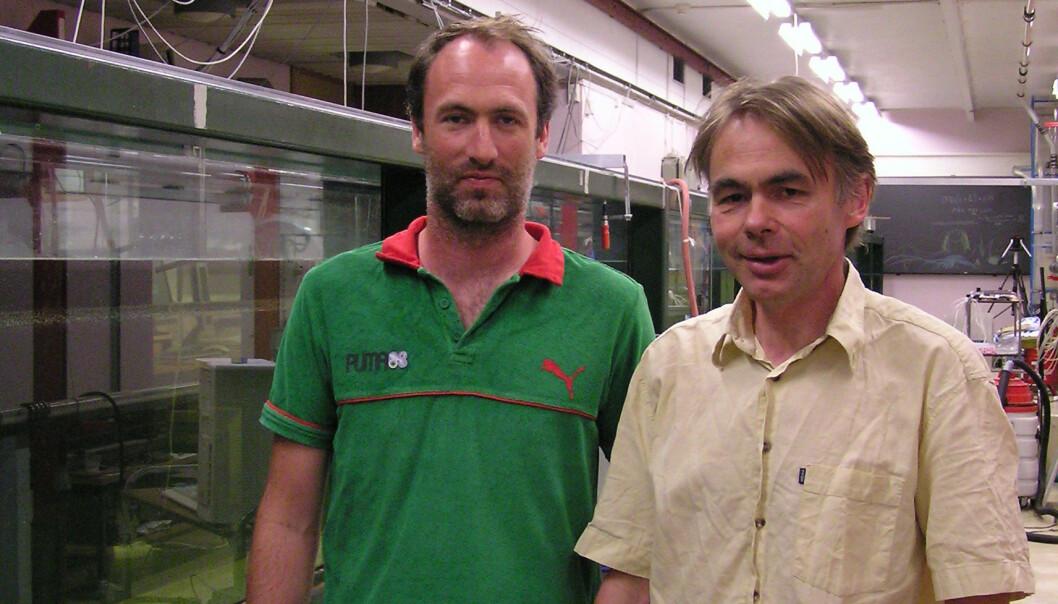 """Bølgeforsker Atle Jensen (v.) og professor i hydrodynamikk Geir Pedersen foran UiOs bølgetank"""