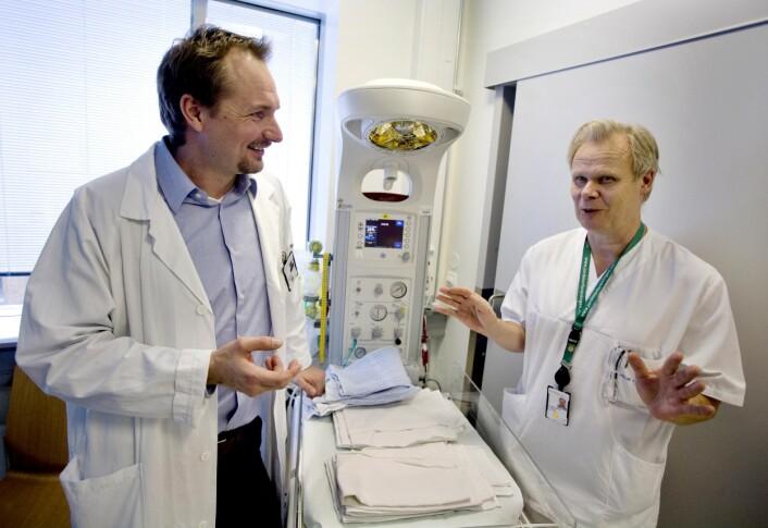 Barnelege og forsker Bård Fossli Jensen (til venstre) har filmet over 500 legesamtaler i sitt doktorgradsarbeid om sykehuslegers kommunikasjonsferdigheter. Her sammen med en av kursdeltagerne, seksjonsoverlege Torgrim Sørnes. (Foto: Daniel Sannum Lauten)