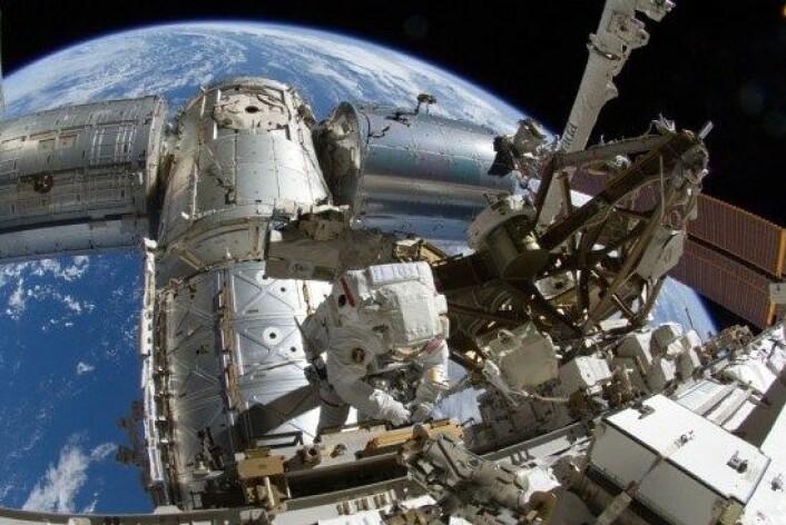 Astronauten Sunita Williams brukte 6 timer og 28 minutter på å rense et boltehull med en tannbørste. Med denne lange arbeidsøkten satte Williams ny rekord for antall timer en kvinne har tilbragt i rommet utenfor romstasjonen. (Foto: NASA TV)