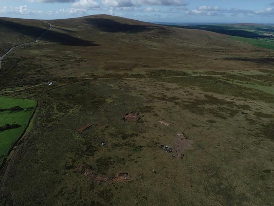 Nederst på bildet kan du se utgravningen av Waun Mawn, som er en demontert steinsirkel på rundt 110 meter i diameter.