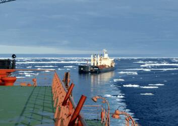 """M/V """"Nordic Barents"""" på vei fra Kirkenes gjennom nordøstpassasjen til Kina med 41 000 tonn malm fra Sydvaranger Gruve AS. (Foto: Tschudi Shipping)"""