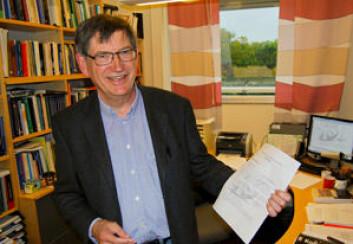 Professor Karl Halvor Teigen, med invitasjonen i hånden, tar den morsomme prisen med godt humør. (Foto: Svein Milde)