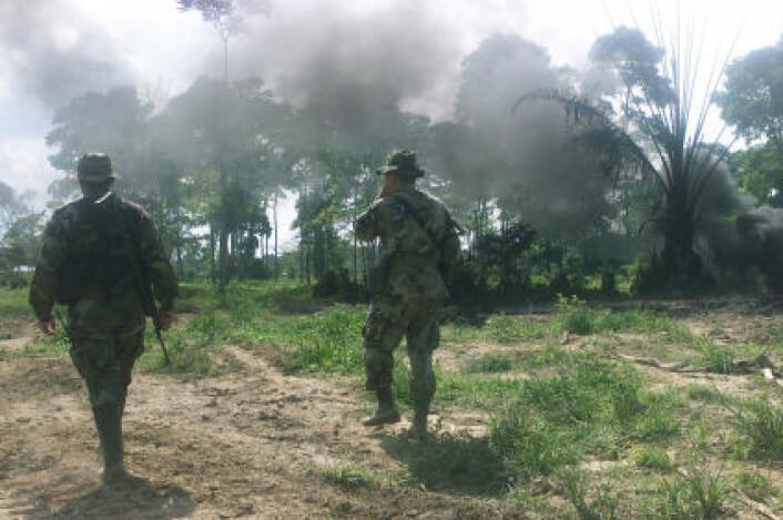 Bildet viser colombianske spesialstyrker som passer på en oljeledning i Aracua i Colombia, etter at FARC saboterte den i 2002. (Foto: iStockphoto)