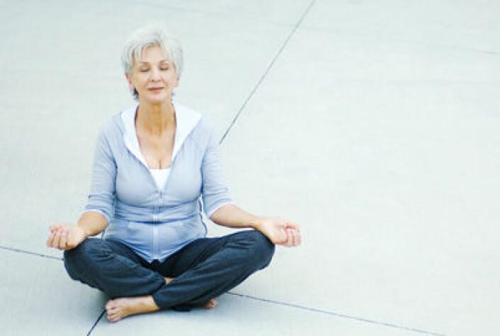 Enkle yogaøvelser er en del av de mindfulnessøvelsene som kan befri kreftsyke fra angst og depresjon. Imidlertid er det viktig at en kompetent instruktør lærer pasientene å gjennomføre øvelsene helt riktig. (Foto: Colourbox)