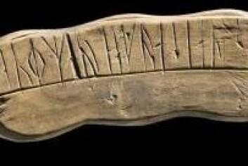 Bedepinne fra Grønland. Ave Maria, gratia plena – «Hill deg, Maria, full av nåde» – middelalderens mest vanlige bønn er risset i runer. (Foto: Nationalmuseet)