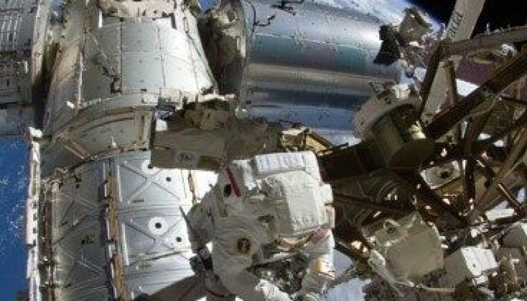 Astronauten Sunita Williams brukte 6 timer og 28 minutter på å rense et boltehull med en tannbørste. Med denne lange arbeidsøkten satte Williams ny rekord for antall timer en kvinne har tilbragt i rommet utenfor romstasjonen. NASA TV