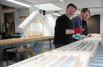 Forskerne Victor Melezhik (t.v.) og Aivo Lepland har studert kjernene fra Russlands grunnfjell på NGU-Lab i Trondheim. Her sammen med avdelingsingeniør Melanie Mesli. (Foto: Gudmund Løvø/NGU)
