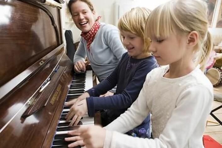 Barn blir flinke til å spille piano hvis de øver seg. Men det er ikke påvist at det gjør dem flinkere til å lese eller regne. (Foto: Colourbox)