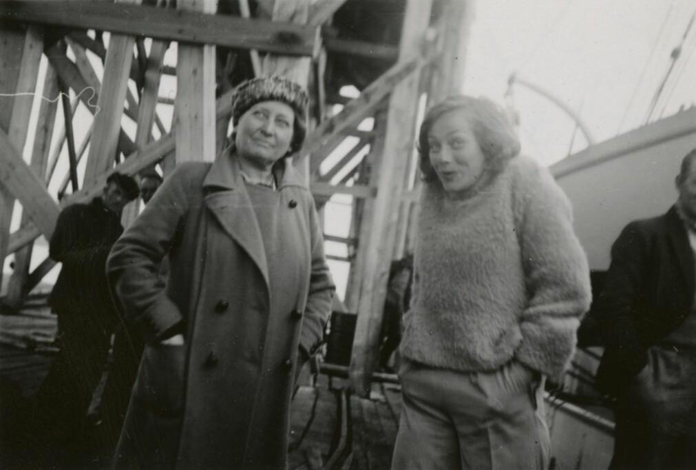 Bildene av Brit Hofseth formidler en intenst tilstedeværende, vital og leken ung kvinne. Her med hotellbestyrer Laura Borgen på Nordpolhotellet på Svalbard hvor Hofseth hadde sommerjobb i 1937.