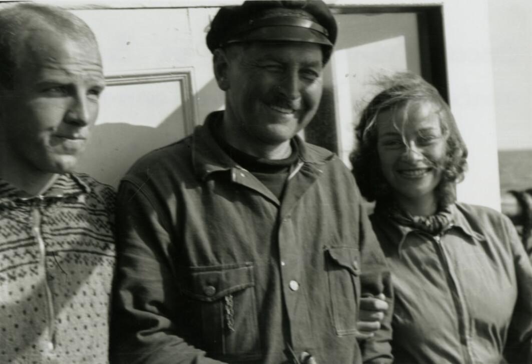 I boka Drivende grenser omskaper forfatteren Hofseth til en femme fatale som forfører den ene etter den andre. Her er hun med studenten Oscar Bang (t.v) og kaptein Kristoffer Marø.