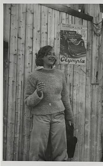Geologistudent Brit Hofseth i bukser og med en sigarett i hånden.